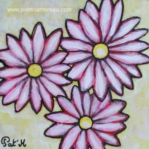 fleurs les marguerites roses sur fond jaune
