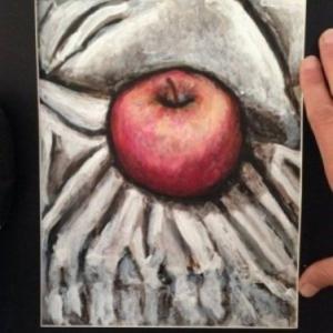Pomme rouge sur drap blanc